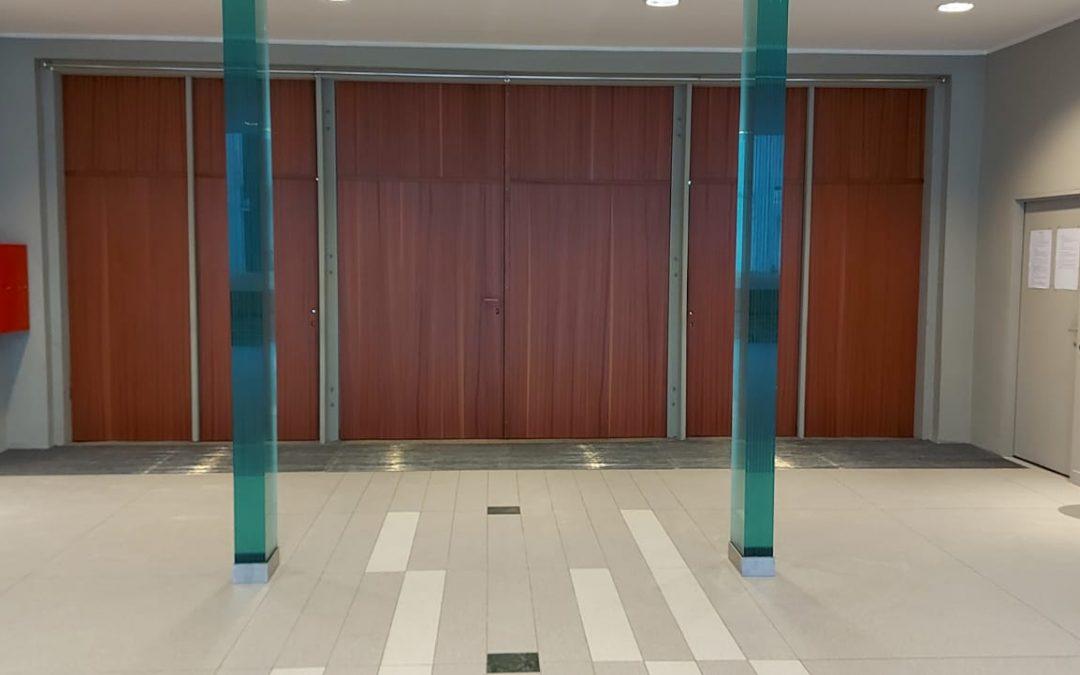 Prace renowacyjne drzwi wejściowych do kościoła